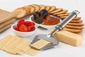 Чтобы получить около 1 грамма КЛК из продуктов питания, нужно съесть килограмм говядины, 25 ломтиков сыра или 2 литра мороженого. Конечно, негативные последствия от употребления этих продуктов, насыщенных содержанием жиров, может затмить выгоды, полученной от КЛК.