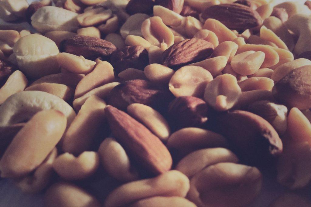 Орехи тоже оказалась хорошим питанием для простаты. Добавить одну порцию орехов в ежедневный рацион связано со снижением риска смерти от рака простаты на 18 процентов и снижение на 11 процентов риска смерти от любого заболевания.
