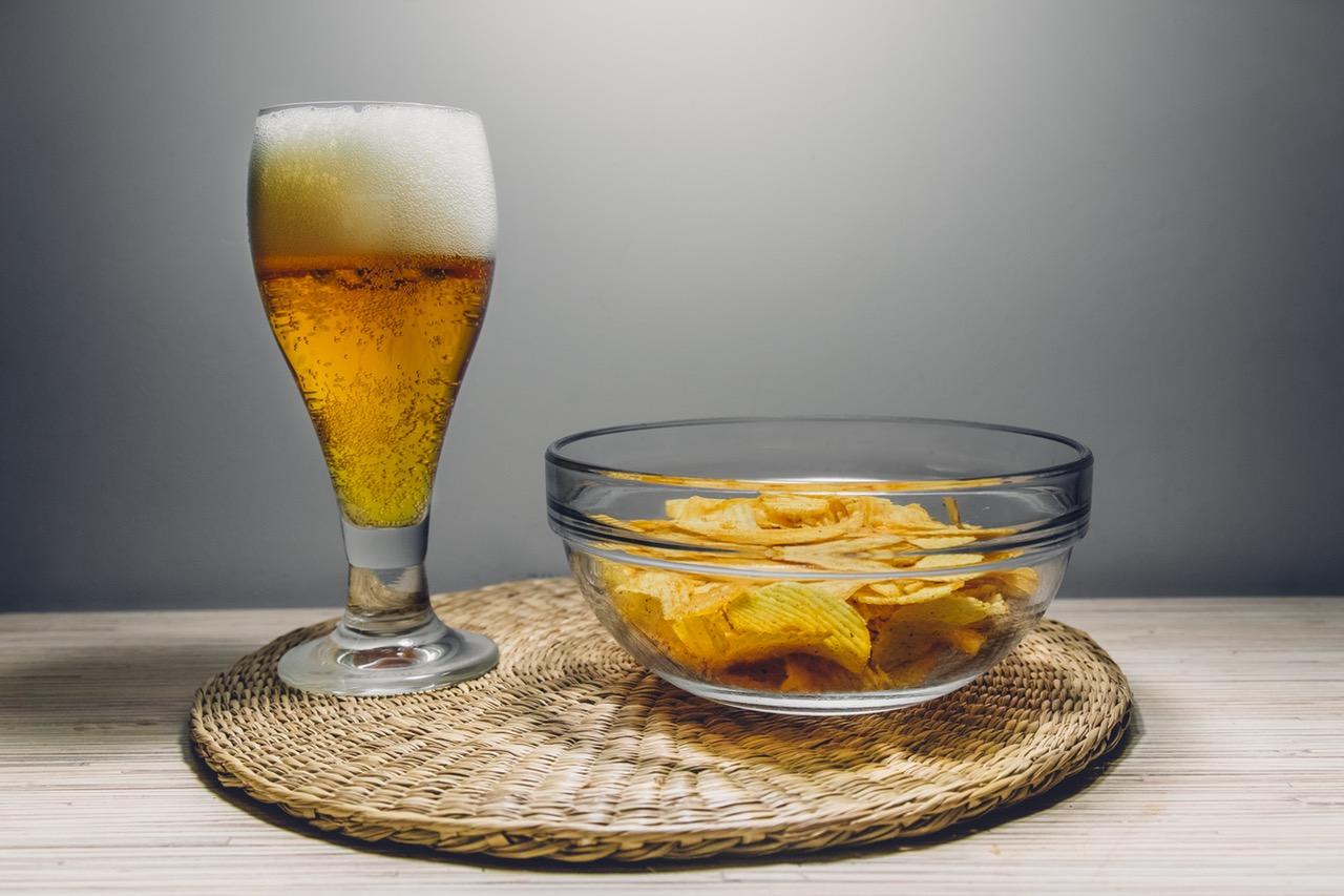 1. Пиво. Напиток, который многие мужчины с удовольствием употребляют. Но на самом деле пиво не так уж безобидно, как многие думают, особенно если его употреблять в больших количествах.