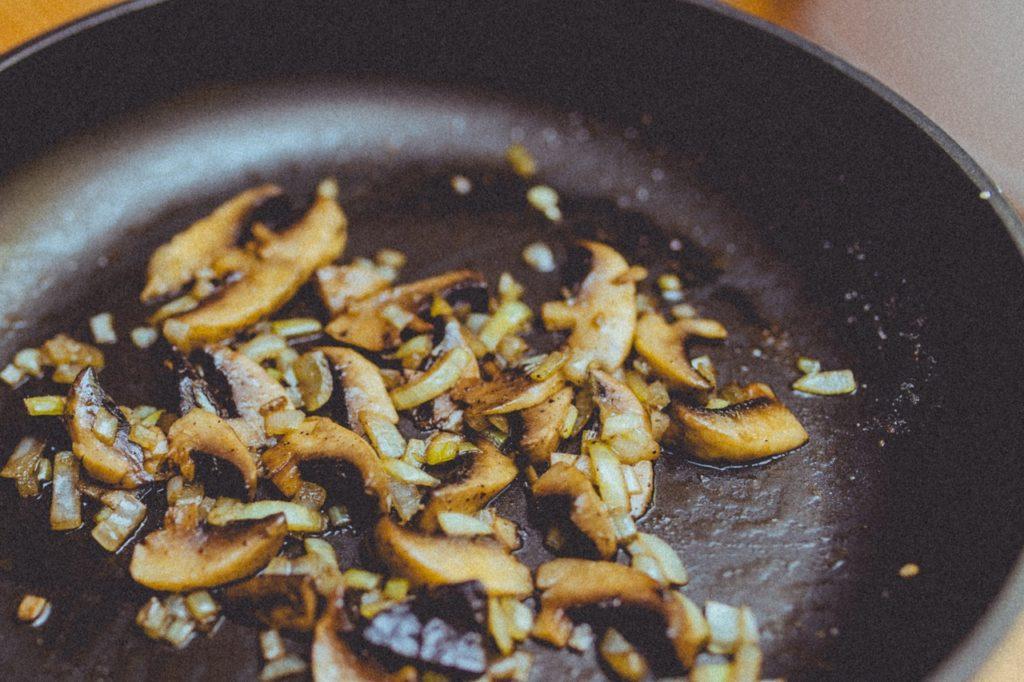 4. Жареные продукты. Поджаренная любая еда на сковородке в своем составе содержит трансжиры. А это, как правило, повышенный уровень холестерина и хуже всего накопление в организме канцерогенов, что в дальнейшем повлияет на снижение либидо. Жареная картошка и отбивные должны как можно реже присутствовать в рационе питания и стараться не злоупотреблять ими.