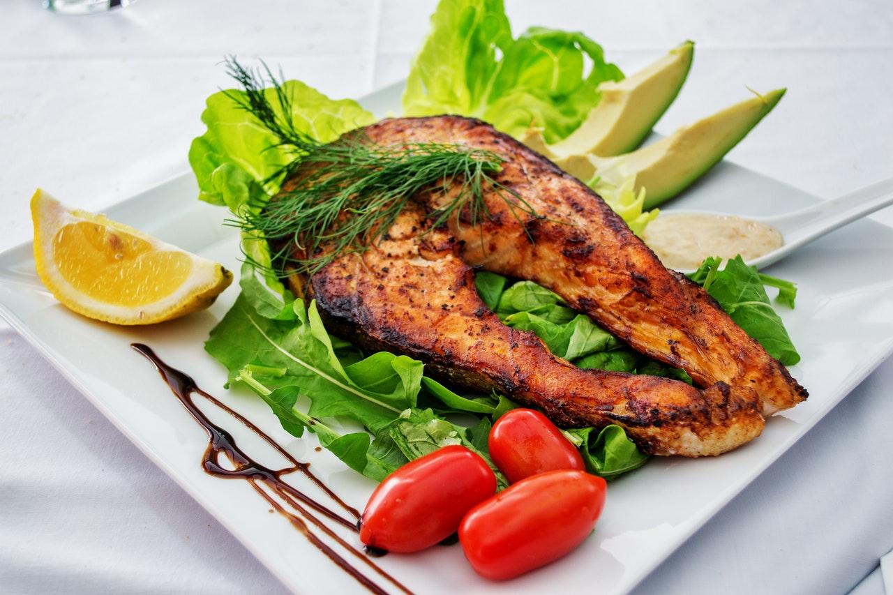 В каких продуктах больше всего железа? Наше тело усваивает железо из мяса животных в два-три раза больше, чем из растительной пищи. Самые лучшие источники железа: Индейка Курица Говядина Рыба