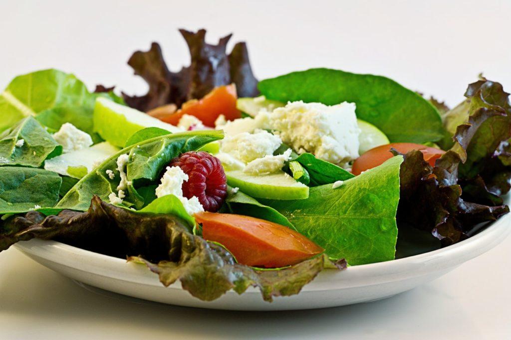 Как избежать нехватки железа? Ешьте сбалансированную, здоровую еду, богатую железом. Добавляйте витамин С в салаты для лучшего усвоения железа. Например: салат со сладким перцем и фасолью, шпинатом в лимонном соке, или витаминизированные хлопья и ягоды.